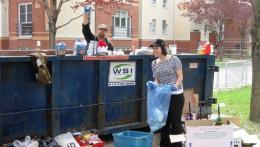 Jonathan Rausseo et une bénévole étudiante qui enlève des contenus d'une benne à rebuts