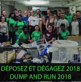 Groupe de bénévoles avec articles ramassés pendant un ancien Déposez et dégagez avec le texte: 'Déposez et dégagez 2018'