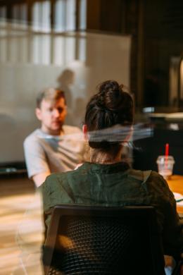deux personnes assises parlent