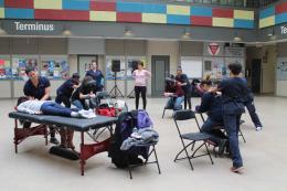 Des étudiants se faisant masser lors de la Semaine du mieux-être 2016.