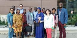 neuf stagiaires et les membres du centre devant le pavillon FSS