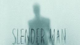 Le Slender Man (homme élancé) marche dans le brouillard. | The Slender Man walks in fog.