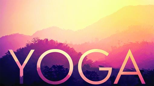 Yoga est écrit avec des montagnes et un coucher de soleil.